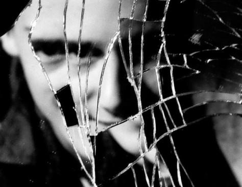 De-dónde-proviene-la-superstición-del-espejo-roto-y-los-siete-años-de-mala-suerte-620x481