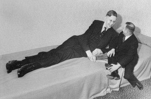 Robert-Wadlow-sentado-en-la-cama